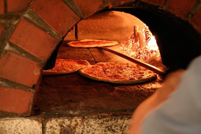 Holzofen-Pizza - La Fattoria Freising